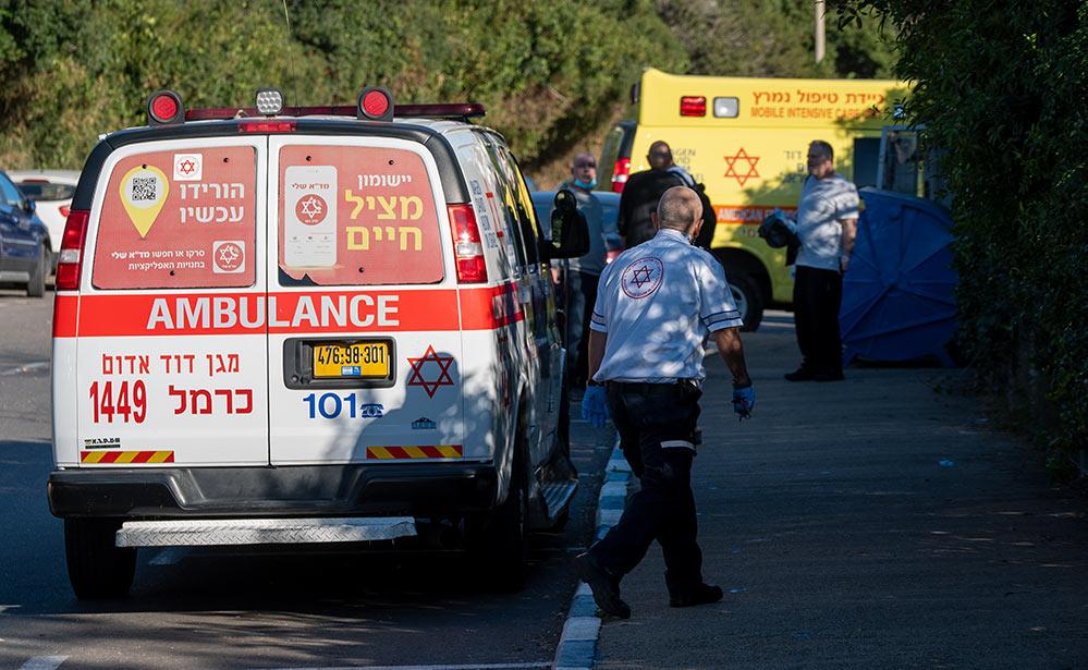 """כוחות מד""""א - חיפה - רחוב אדמונד פלג - אדם מתבצר על הגג, זורק אבנים ומאיים להתאבד (צילום: חי פה)"""