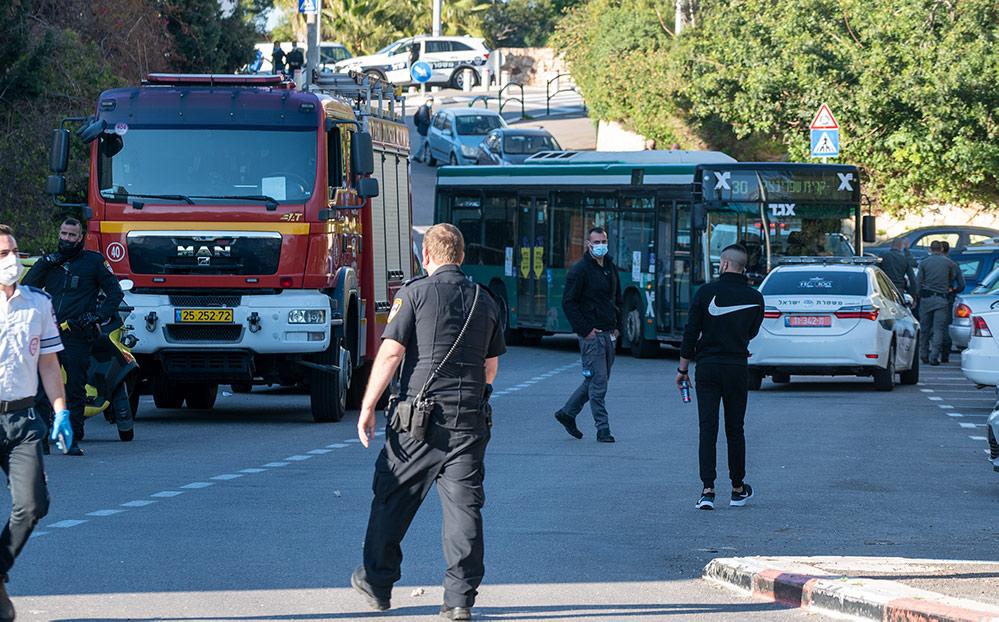 כוחות משטרה וכיבוי אש - חיפה - רחוב אדמונד פלג - אדם מתבצר על הגג, זורק אבנים ומאיים להתאבד (צילום: חי פה)