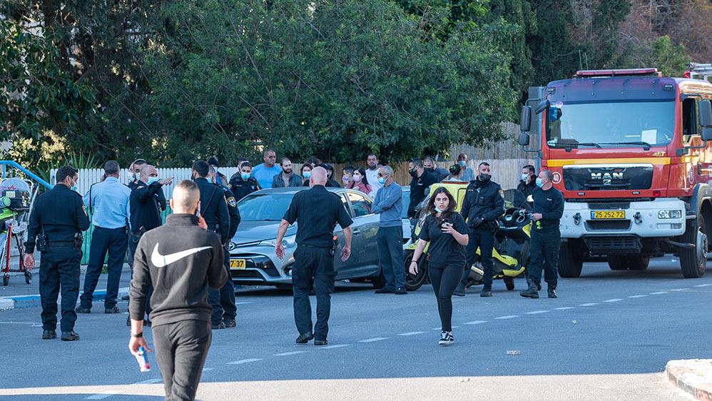 רגע המעצר - חיפה - רחוב אדמונד פלג - אדם מתבצר על הגג, זורק אבנים ומאיים להתאבד (צילום: חי פה)