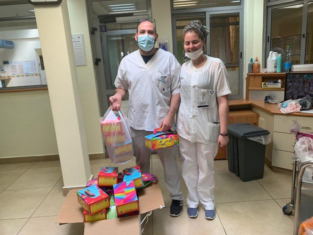 צוות הרפואי במרכז לבריאות הנפש מעלה הכרמל מקבלים את החבילות לילדים (צילום: דוברות נמל חיפה)