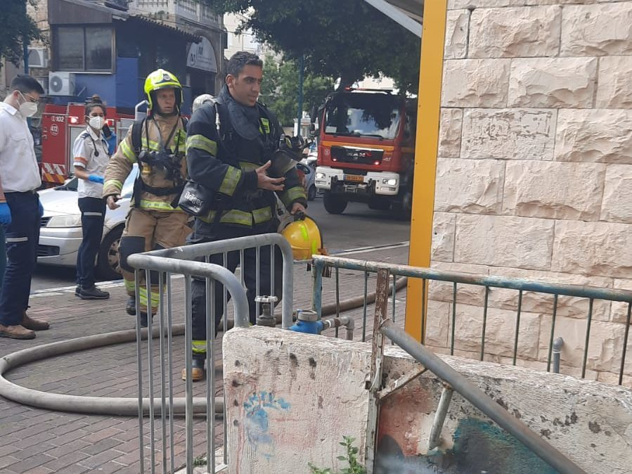 חילוץ לכודים בשרפה (צילום: כבאות והצלה)