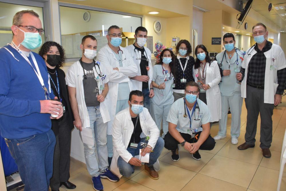 """רופאי ההנהלה עם ד""""ר סלים חלבי וצוות חדר המיון (צילום: אלי דדון)"""