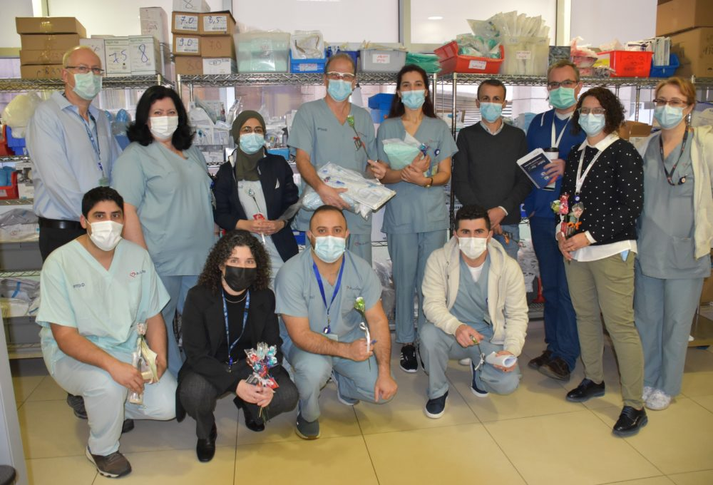 """ד""""ר גולדברג עם צוות קורונה (צילום: אלי דדון)"""