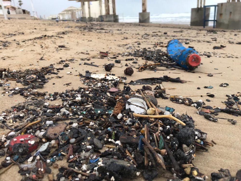 זפת ברצועת החוף (צילום: מרכז מחקר סביבתי חיפה)