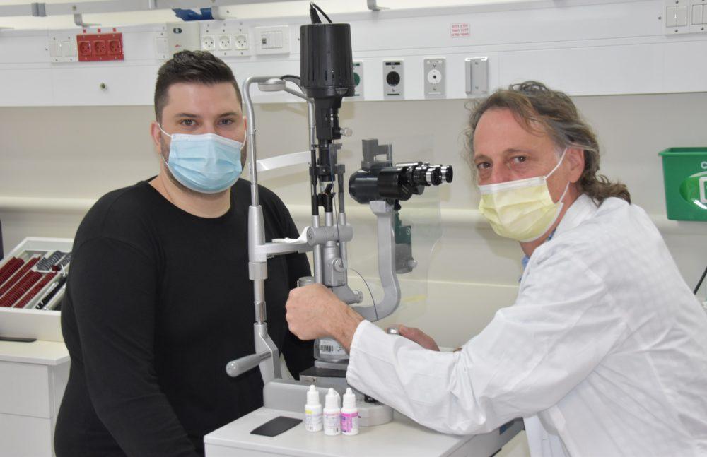"""ד""""ר מיכאל היימס ועמרו בבדיקה במחלקת העיניים בכרמל (צילום: אלי דדון)"""