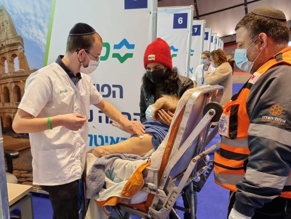 חיסון למרותקי בית בכללית מחוז חיפה (צילום: דוברות כללית)