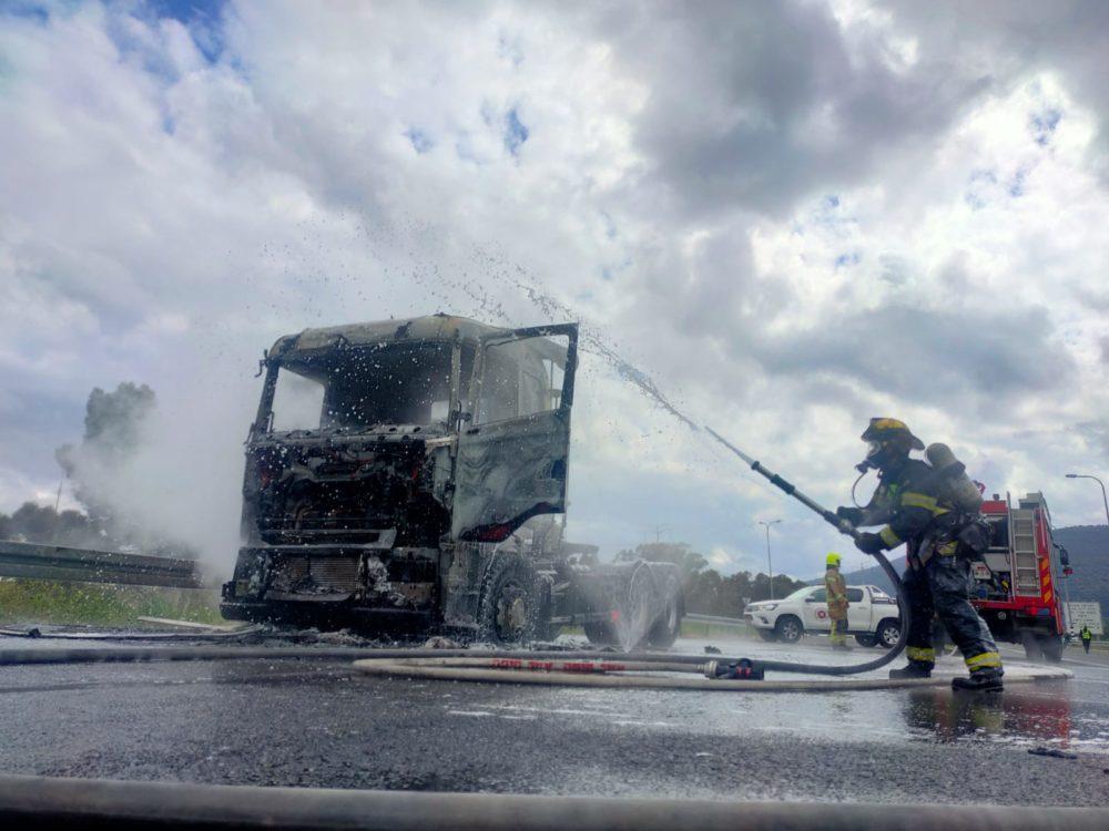 משאית עולה באש (צילום: כבאות והצלה)