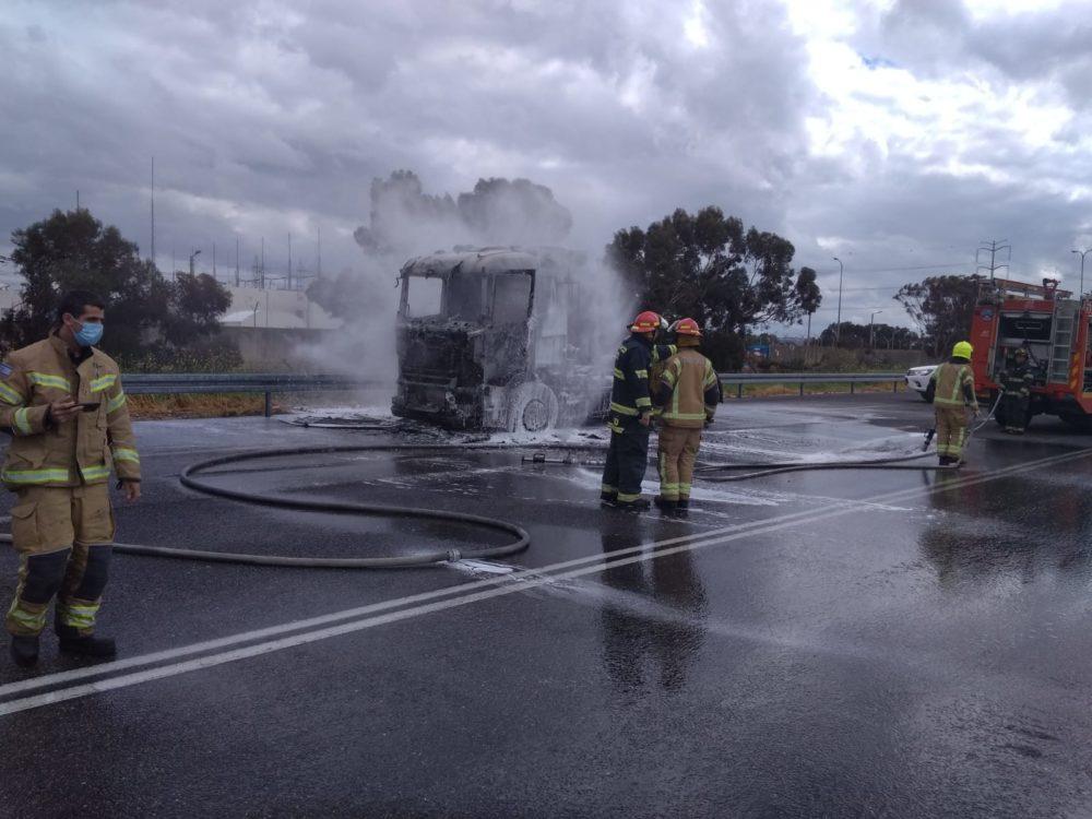 משאית עולה באש (צילום: איחוד הצלה)