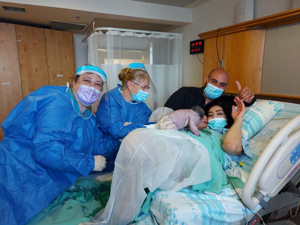 """בני הזוג שדא, מישל שלומוביץ ולאה טטרו, עם התינוקת שזה עתה נולדה (צילום: הקריה הרפואית רמב""""ם)"""