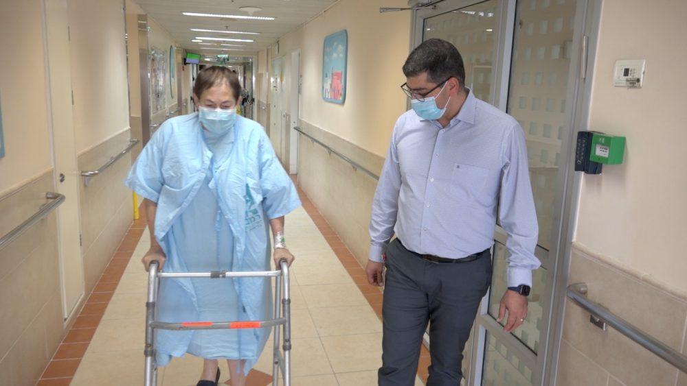 נעמי מקלאוד ודר' גרייב, לאחר הניתוח
