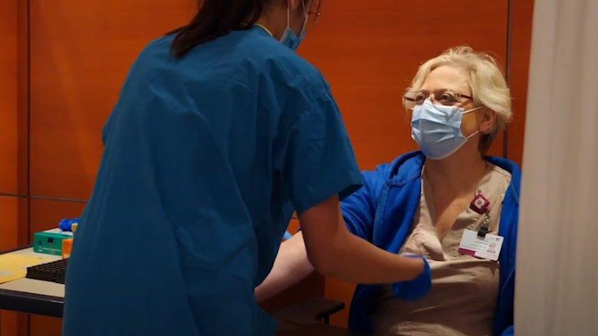 """מבצע בדיקות סרולוגיות לקורונה (צילום מסך: הקריה הרפואית רמב""""ם) סרולוגיות לקראת חיסוני קורונה (צילום מסך: הקריה הרפואית רמב""""ם)"""