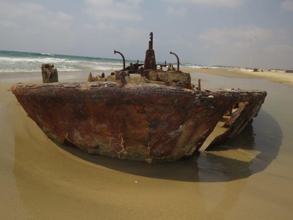 ספינה על החוף לאחר סערה (צילום: מוטי מנדלסון)