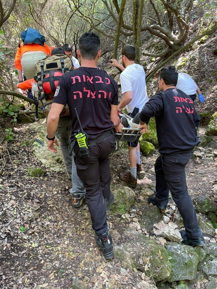חילוץ מטייל ששבר את רגלו בנחל שיח בחיפה (צילום: כבאות והצלה)