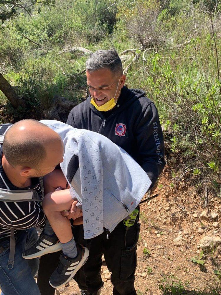חילוץ ילד ששבר את ידו בנחל אורן (צילום: כבאות והצלה)