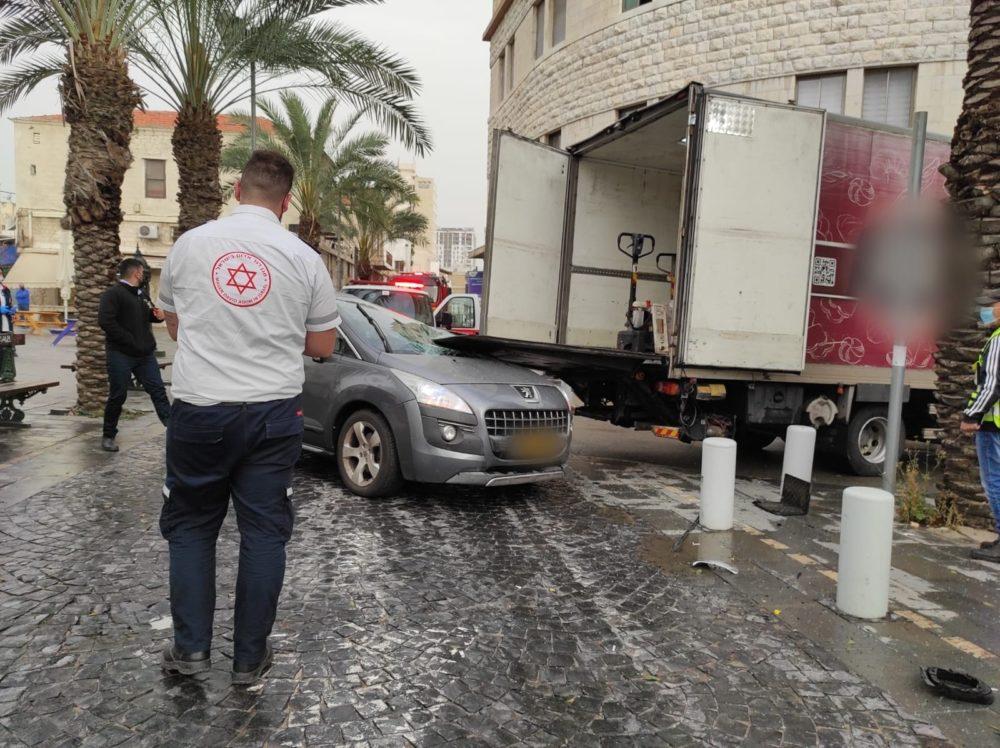 """אשה נהרגה בתאונת דרכים ברחוב נתנזון בחיפה (צילום: מד""""א)"""
