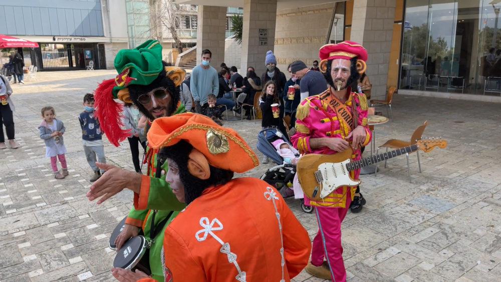מופע רחוב ברחבת התאטרון - פסטיבל חיפה הבינלאומי להצגות ילדים (צילום: ירון כרמי - חי פה)