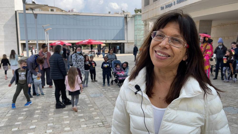ניצה בן-צבי ברחבת התאטרון - פסטיבל חיפה הבינלאומי להצגות ילדים (צילום: ירון כרמי - חי פה)