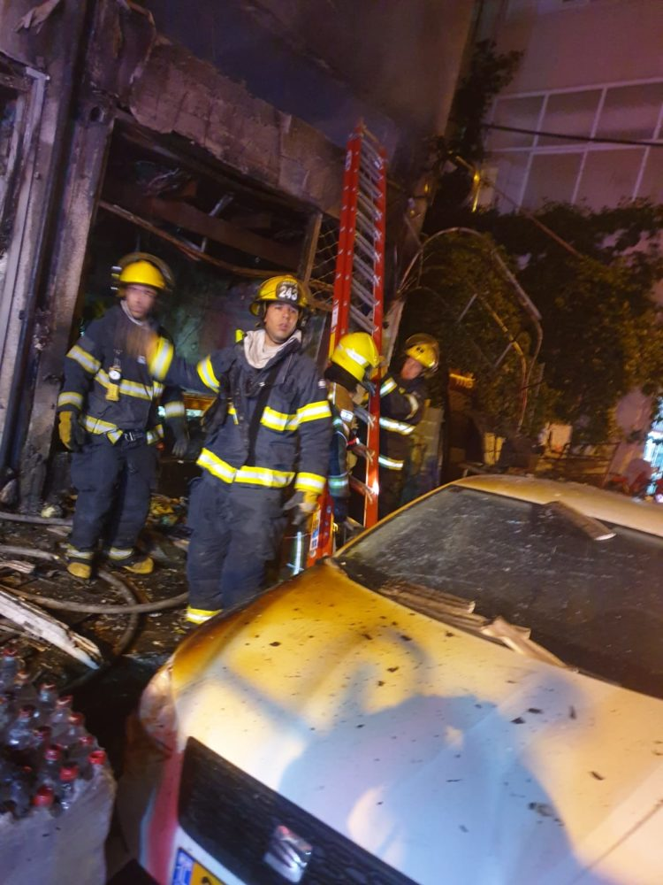 שרפה ברחוב מסדה | 4 פצועים (צילום: כבאות והצלה)