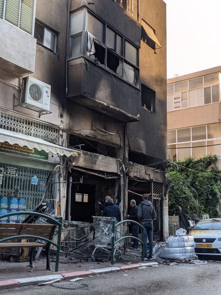 שרפה ברחוב מסדה | 4 פצועים (צילום: תום בר-גל)