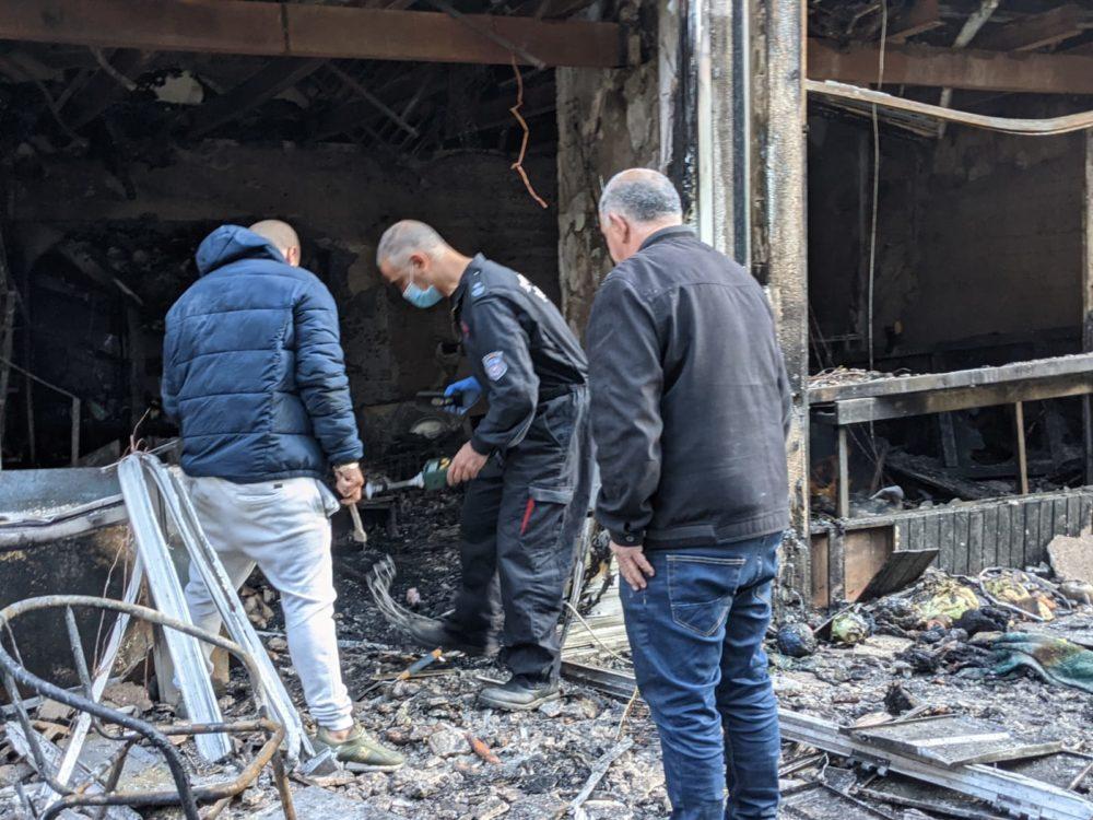 חוקר דליקות בחנות שנשרפה ברחוב מסדה בחיפה (צילום: תום בר-גל)