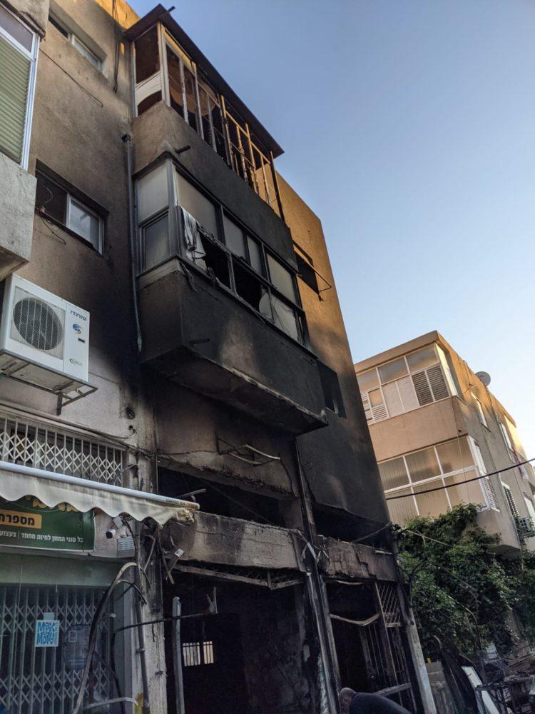 שרפה ברחוב מסדה בחיפה | 4 פצועים (צילום: תום בר-גל)