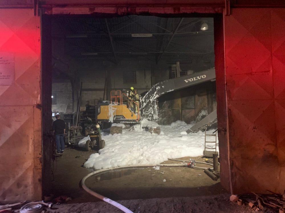 שריפת באגר בתוך מבנה תעשייתי בקרית אתא (צילום: כבאות והצלה)