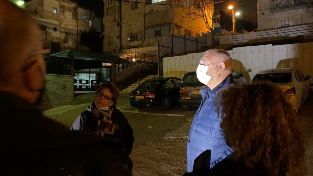 המשתתפים מקשיבים להסברים של בועז רפאלי • החצר האחורית של החצר האחורית של חיפה | סיור מצולם בעקבות הפשיעה והביטחון האישי (צילום: ירון כרמי)