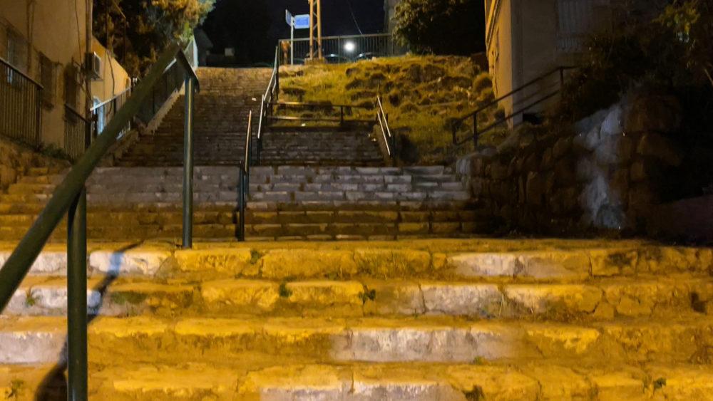 מדרגות שוקרי • החצר האחורית של החצר האחורית של חיפה | סיור מצולם בעקבות הפשיעה והביטחון האישי (צילום: ירון כרמי)