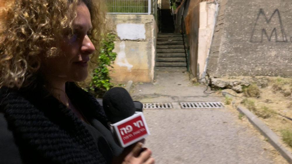 הילה לאופר - הותקפה על ידי חבורת צעירים • החצר האחורית של החצר האחורית של חיפה | סיור מצולם בעקבות הפשיעה והביטחון האישי (צילום: ירון כרמי)