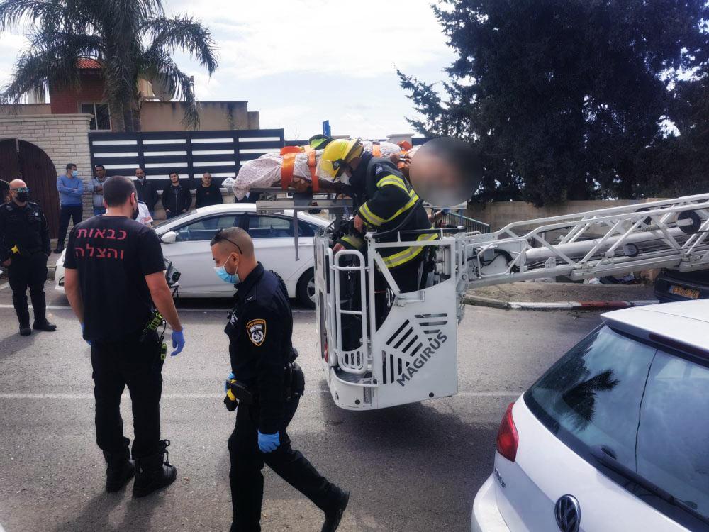 חילוץ אישה לטיפול רפואי עם מנוף גבהים - חיפה - רחוב רענן (צילום: כבאות והצלה)