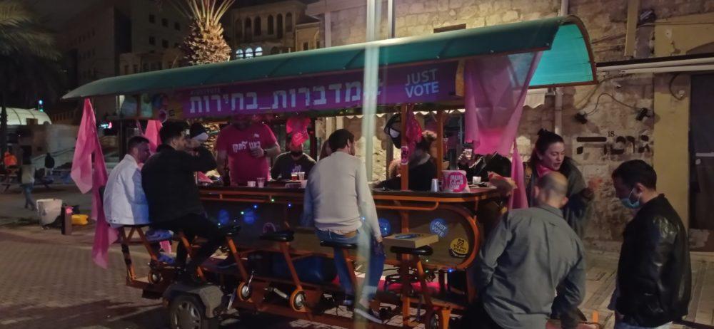 זיו ברטפלד ובר גלין מפעילים בר נייד בחיפה, המעודד אנשים לצאת להצביע (צילום: ויטלינה מוחין)