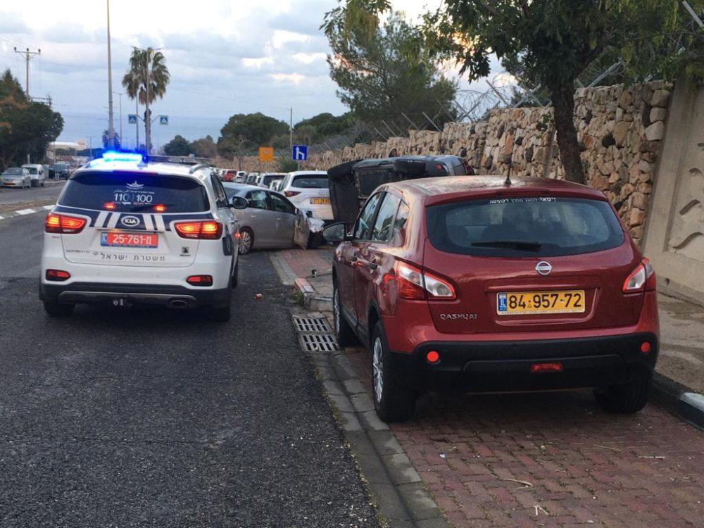 רכב התנגש בעוצמה ברכב חונה, בחוב טשרניחובסקי בחיפה וגילגל אותו אל הקיר (צילום: אלכסנדר סבנקוב)