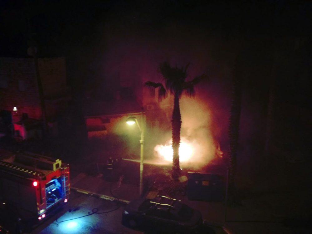 רכב עלה באש בשכונת בת גלים בחיפה (צילום: זאב כספי)