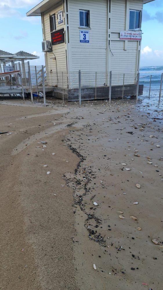 זפת בכמות גדולה נפלטה לחופי חיפה בשל הסערה (צילום: אגף החופים - עיריית חיפה)