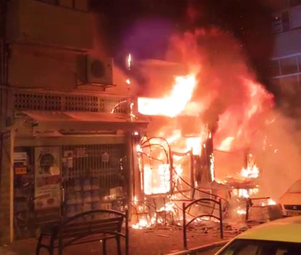 חנות בוערת ברחוב מסדה בחיפה (צילום: איתמר זמיר)