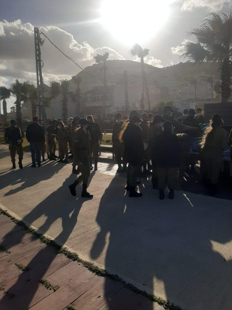חיילים בחופי חיפה מנקים זפת (חי פה בשטח)