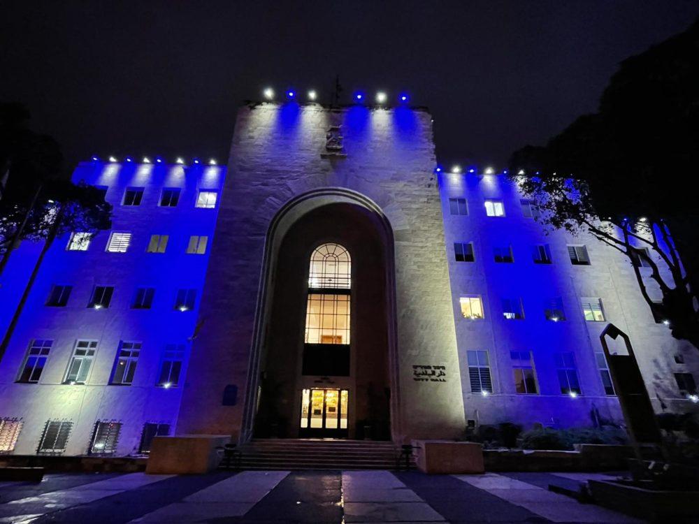 בניין עיריית חיפה הואר בצבעי כחול ולבן לרגל יום העצמאות ה-200 של יוון (צילום: ראובן כהן דוברות) עיריית חיפה