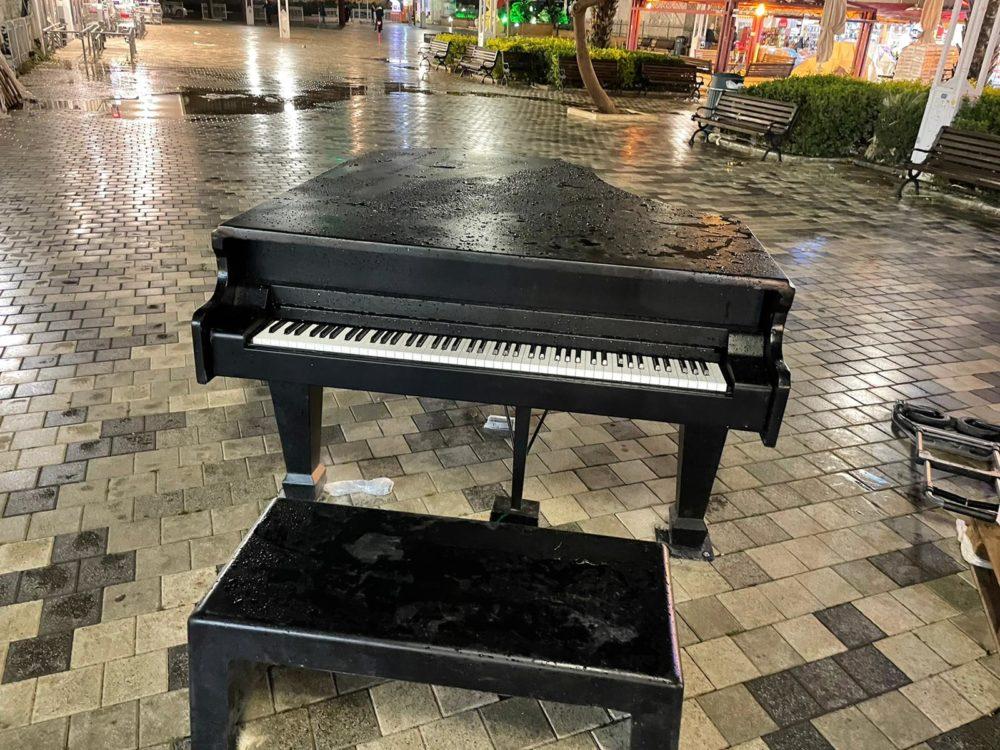 פסנתר בכיכר מאירהוף (צילום: ראובן כהן, דוברות עיריית חיפה)