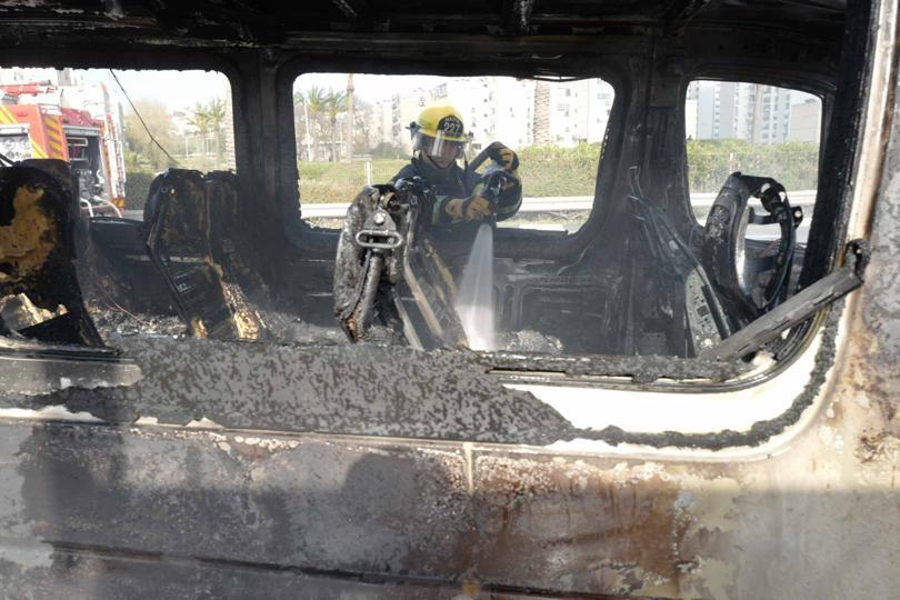 רכב עולה באש (צילום: כבאות והצלה)