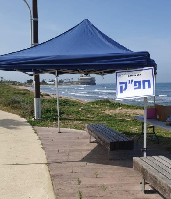 עמדות מתנדבים לניקוי זפת בחופים (צילום: אגף החופים)