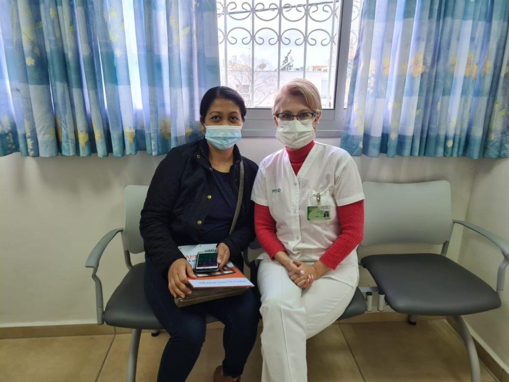 האחות אנה לויט עם המטופלת שאת חייה הצילה (צילום: דוברות כללית)