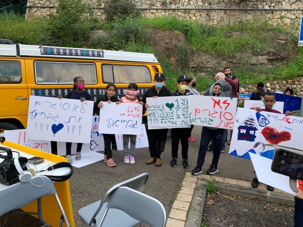 הפגנה נגד סגירת בית ספר גבריאלי (צילום: חי פה בשטח)