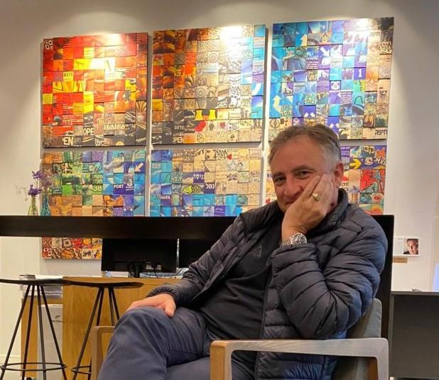גיל גורן על רקע יצירתו 'חיפה חיפה' ב מלון לה קאפלה חיפה (צילום: דפנה בארי)