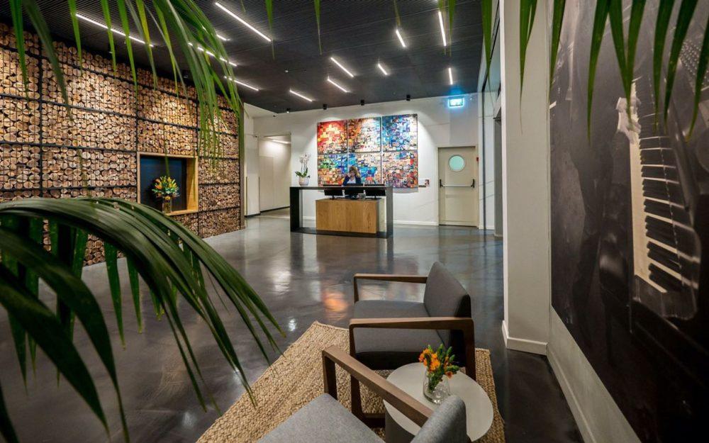 יצירות של גיל גורן במלון לה קאפלה חיפה (צילום: איתי סיקולסקי)