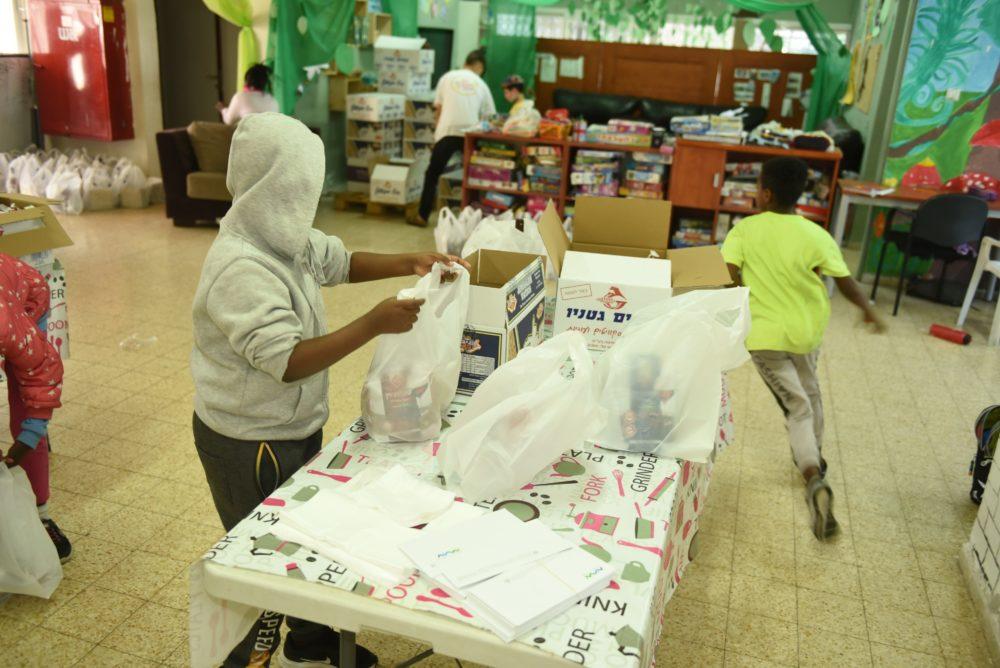 ילדי מועדונית נווה חן והצוות החינוכי ארזו השבוע חבילות מזון לפסח עבור קשישים בודדים בעיר (עיריית ק. אתא)