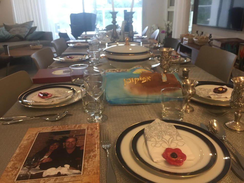 שולחן חגיגי של פסח (צילום: חנה מורג)