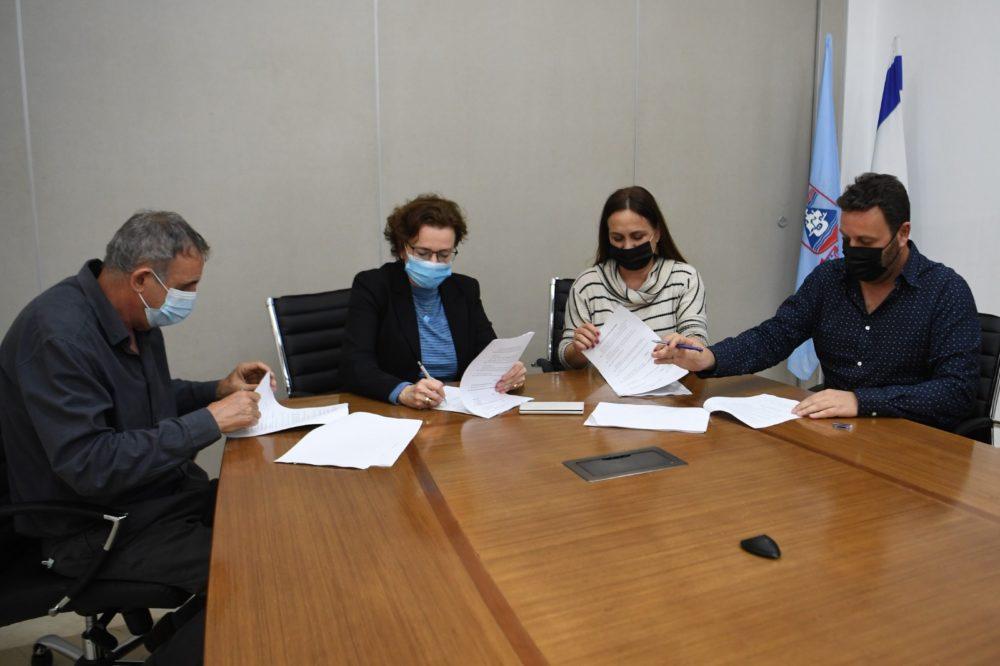 חתימת ההסכם בין בעירייה לחברה למתנסים (צילום: עיריית חיפה)