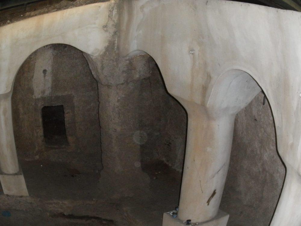 מערת קבורה באל עתיקה מתחת לפסי הרכבת בתחנת הכרמל (צילום: מוטי מנדלסון)