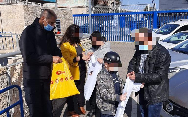 יום חוויות בתחנת משטרת חיפה לילדים המאושרים (צילום: דוברות המשטרה)