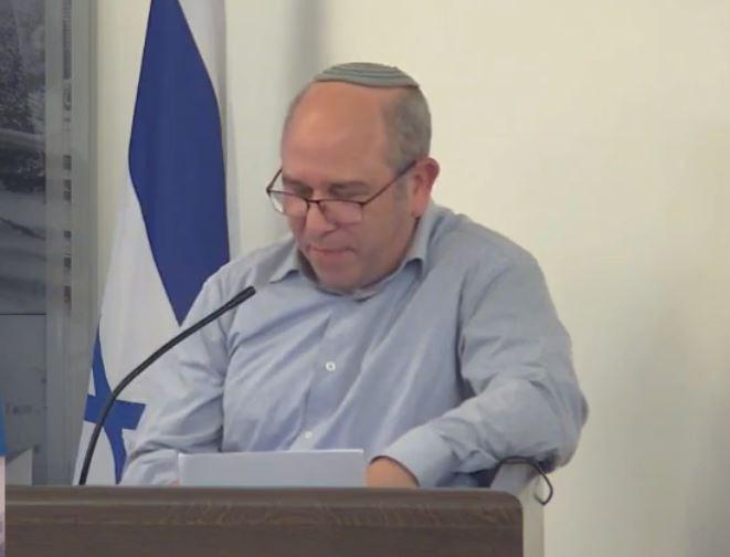 יואב רמתי מציג את התנגדותו (צילום מסך: עיריית חיפה) (